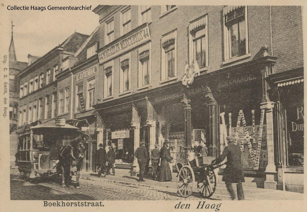 1901 Boekhorststraat, tussen Oog in t Zeilstraat en Herderstraat Op de etalageruiten de letters H en W tgv het huwelijk van Wilhelmina en Hendrik