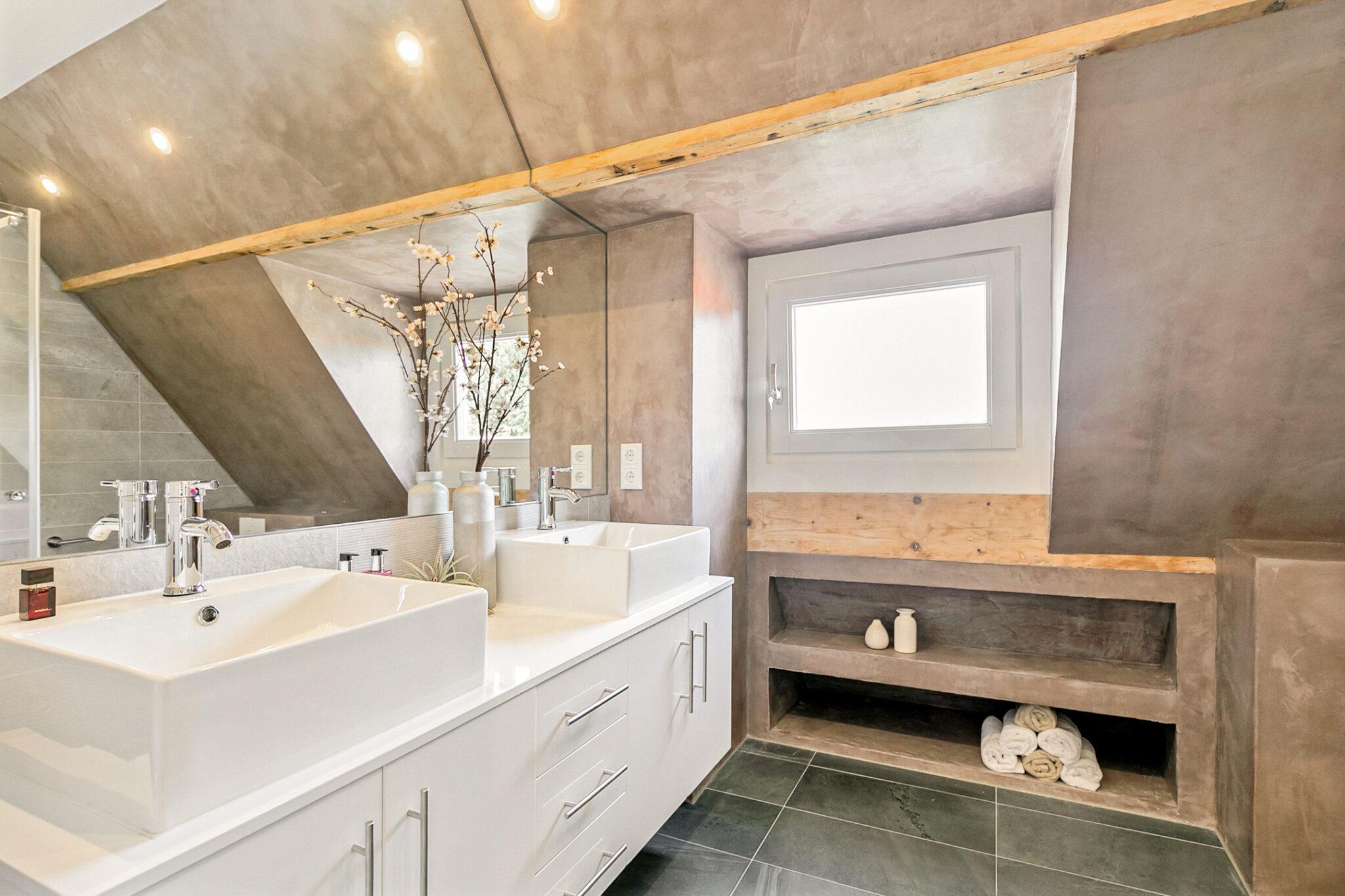 Pieter van Aschstraat 2B badkamer met ruim wastafelmeubel