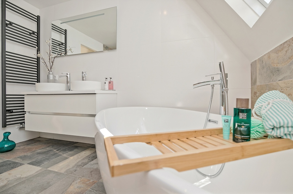 Zwart Janstraat 137A - badkamer met bad en ruim wastafelmeubel