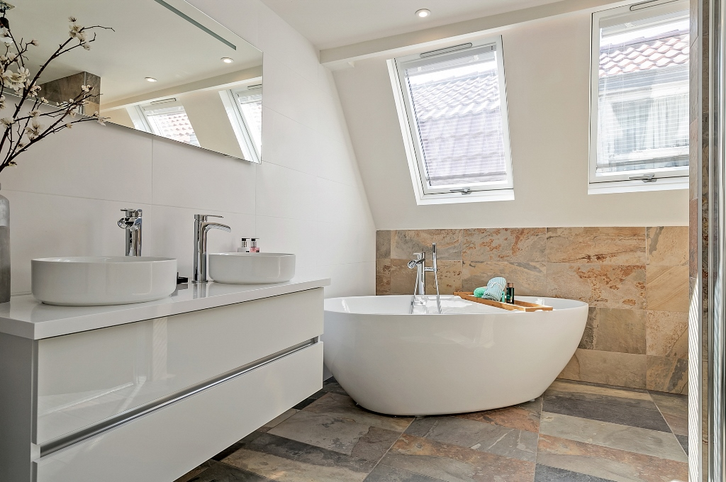 Zwart Janstraat 137A - badkamer met design bad